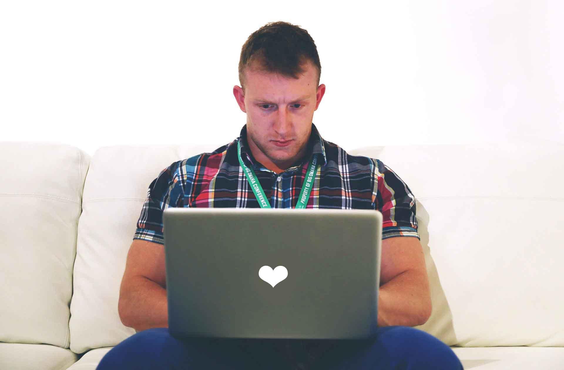 Mann am PC auf der Partnersuche
