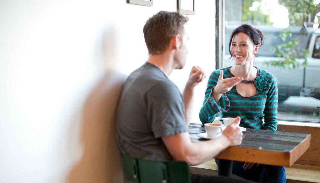 Paar beim ersten Date im Cafe
