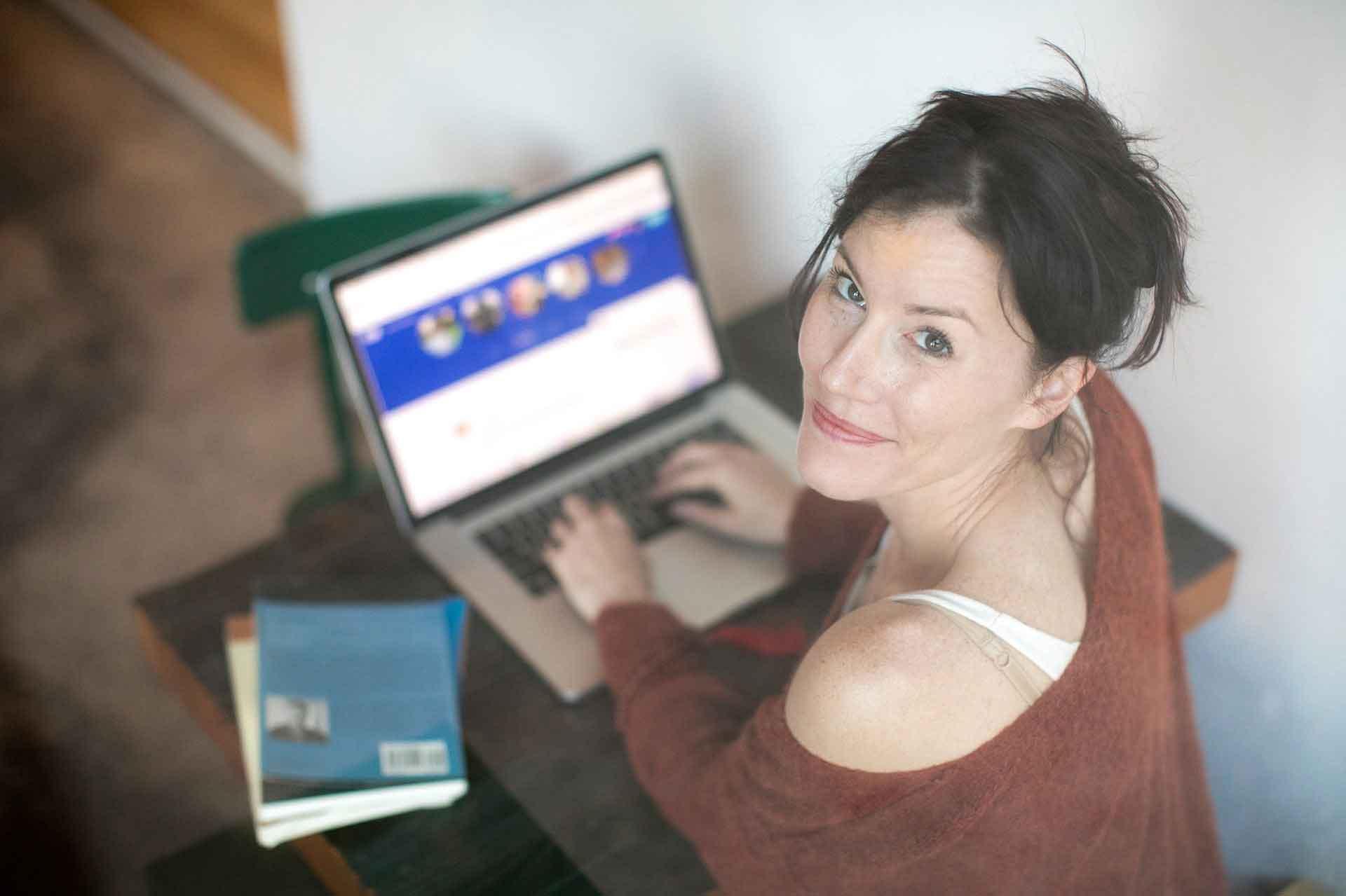Frau chattet am Computer