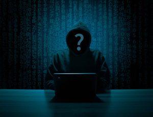 Unbekannte Person vor dem Computer